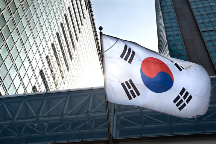 Etelä-Korean lippu pilvenpiirtäjien lomassa.